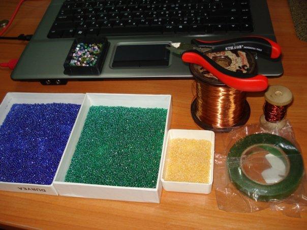 Все что нам понадобиться: бисер синий, зеленый и желтый, флорлента...